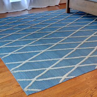 Ispirazione per una cantina tradizionale di medie dimensioni con pavimento in legno massello medio e pavimento marrone