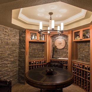 Inspiration för en mycket stor vintage vinkällare, med travertin golv och vinhyllor