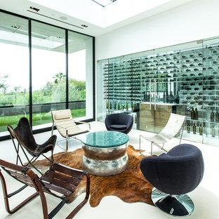 Modern inredning av en mycket stor vinkällare, med klinkergolv i porslin, vindisplay och vitt golv