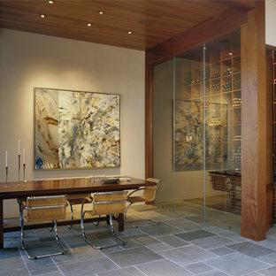 Esempio di una cantina minimalista con pavimento in ardesia e rastrelliere portabottiglie