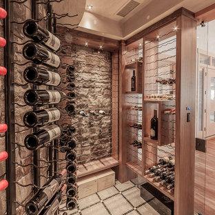 Idéer för en mellanstor klassisk vinkällare, med vinhyllor