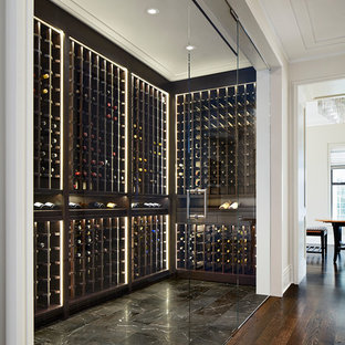 Inspiration pour une cave à vin traditionnelle de taille moyenne avec un sol en marbre, des casiers et un sol noir.
