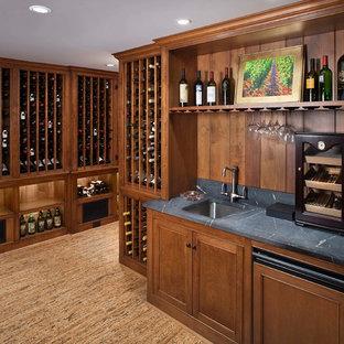 Inspiration för klassiska vinkällare, med korkgolv och vinhyllor