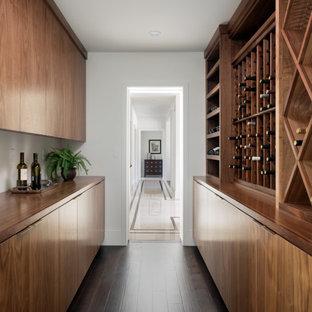 Ejemplo de bodega clásica renovada, de tamaño medio, con suelo de madera oscura y botelleros