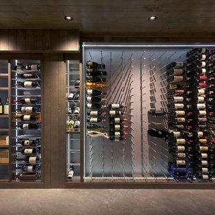 Inspiration för stora industriella vinkällare, med betonggolv och vindisplay