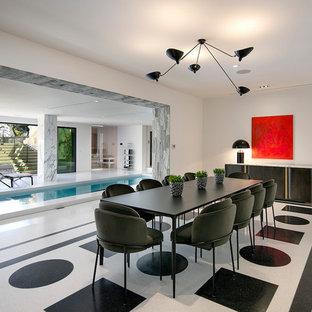 Esempio di un'ampia cantina minimal con pavimento in marmo, rastrelliere portabottiglie e pavimento bianco