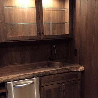 Foto de bodega rústica, grande, con suelo de madera en tonos medios y botelleros