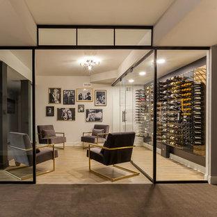 Ispirazione per una grande cantina design con pavimento in laminato, portabottiglie a vista e pavimento marrone