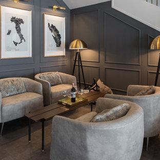 Diseño de bodega contemporánea, de tamaño medio, con suelo laminado, vitrinas expositoras y suelo gris