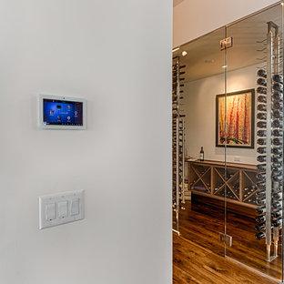 Idee per una cantina moderna di medie dimensioni con pavimento in legno massello medio, portabottiglie a vista e pavimento marrone