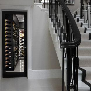 ロンドンの中サイズのエクレクティックスタイルのおしゃれなワインセラー (大理石の床、白い床) の写真