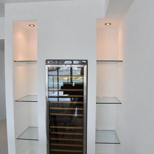 Diseño de bodega minimalista, pequeña, con suelo de baldosas de porcelana, botelleros y suelo blanco