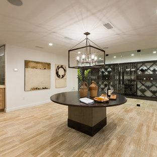 オレンジカウンティの巨大なトランジショナルスタイルのおしゃれなワインセラー (ライムストーンの床、ワインラック) の写真