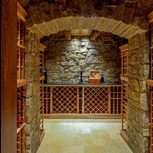 Diseño de bodega clásica con suelo de travertino y botelleros