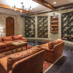Diseño de bodega clásica renovada, grande, con suelo de cemento, botelleros de rombos y suelo marrón