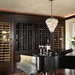 ミネアポリスの中サイズのトラディショナルスタイルのおしゃれなワインセラー (濃色無垢フローリング、ワインラック、茶色い床) の写真