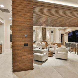 Diseño de bodega actual, de tamaño medio, con suelo de baldosas de porcelana, vitrinas expositoras y suelo beige