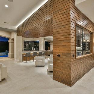 Diseño de bodega contemporánea, de tamaño medio, con suelo de baldosas de porcelana, vitrinas expositoras y suelo beige