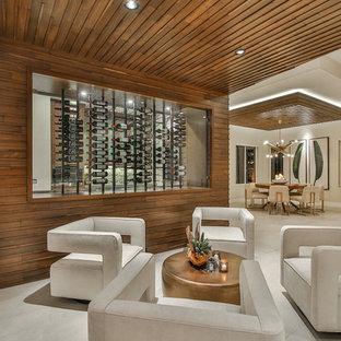 Inspiration för mellanstora moderna vinkällare, med klinkergolv i porslin, vindisplay och beiget golv