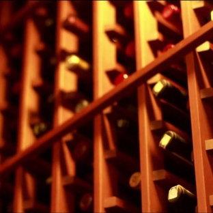 Idée de décoration pour une grand cave à vin tradition avec un présentoir.