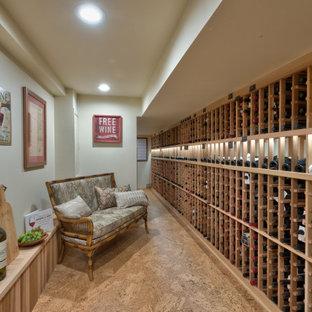 Idéer för stora vintage vinkällare, med korkgolv och vinhyllor