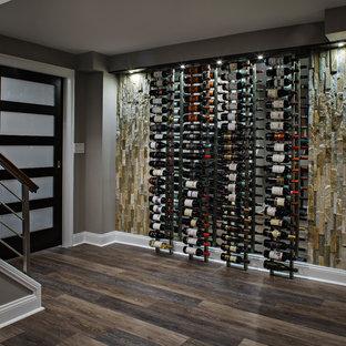Idéer för en liten modern vinkällare, med mellanmörkt trägolv och vinhyllor