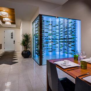 Idée de décoration pour une cave à vin vintage de taille moyenne avec des casiers.