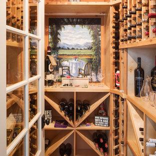 Idéer för en lantlig vinkällare, med vinställ med diagonal vinförvaring och brunt golv