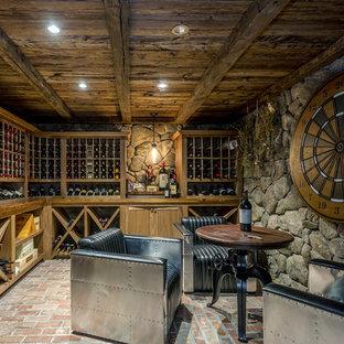 Inspiration för en rustik vinkällare, med tegelgolv, vinhyllor och rött golv
