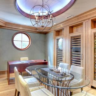 Imagen de bodega de estilo americano, grande, con suelo de madera clara, vitrinas expositoras y suelo beige