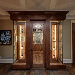 Ejemplo de bodega clásica renovada con suelo de madera en tonos medios, vitrinas expositoras y suelo marrón
