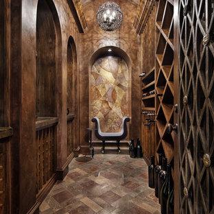 Medelhavsstil inredning av en vinkällare, med vinställ med diagonal vinförvaring och brunt golv