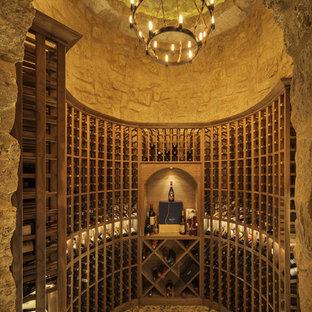 Idéer för medelhavsstil vinkällare, med vinhyllor och grått golv