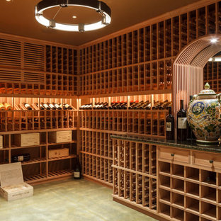 Cette photo montre une cave à vin chic de taille moyenne avec béton au sol, des casiers et un sol gris.