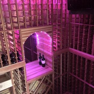Idée de décoration pour une cave à vin chalet de taille moyenne avec des casiers.