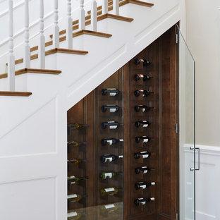 Exemple d'une cave à vin chic de taille moyenne avec un sol en carrelage de porcelaine, des casiers losange et un sol beige.