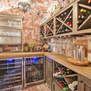 Inredning av en rustik vinkällare, med tegelgolv, vinställ med diagonal vinförvaring och rött golv