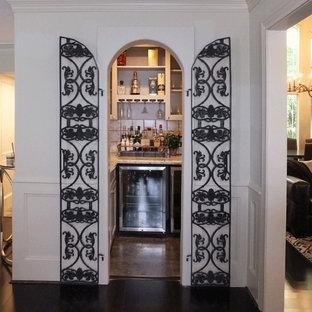 ヒューストンの小さいエクレクティックスタイルのおしゃれなワインセラー (ライムストーンの床、ディスプレイラック) の写真