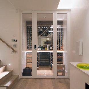 Modern inredning av en vinkällare, med ljust trägolv, vinhyllor och beiget golv