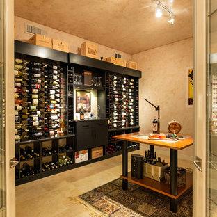 Bild på en stor funkis vinkällare, med klinkergolv i keramik, vindisplay och gult golv
