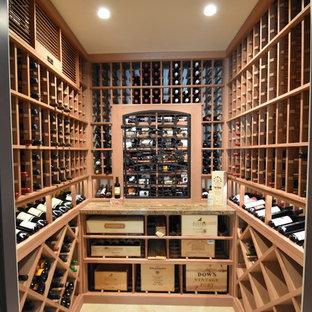 Inspiration pour une cave à vin bohème de taille moyenne avec un sol en carrelage de céramique, un présentoir et un sol beige.