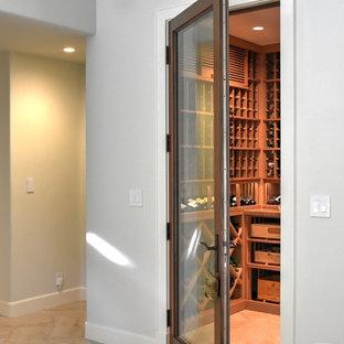 Imagen de bodega actual, de tamaño medio, con suelo de baldosas de cerámica, vitrinas expositoras y suelo beige