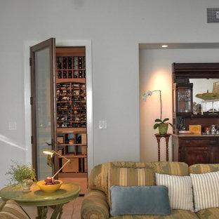 Foto de bodega de estilo de casa de campo, de tamaño medio, con suelo de baldosas de cerámica, vitrinas expositoras y suelo beige