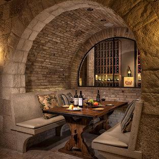 Cette photo montre une grand cave à vin méditerranéenne avec des casiers, un sol en carrelage de céramique et un sol gris.