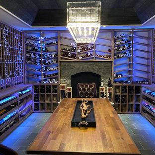 Idéer för en stor rustik vinkällare, med skiffergolv, vinhyllor och grått golv