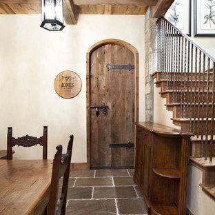 他の地域の中サイズのトラディショナルスタイルのおしゃれなワインセラー (スレートの床、ワインラック) の写真
