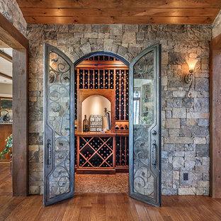 Cette image montre une cave à vin chalet avec un sol en liège.