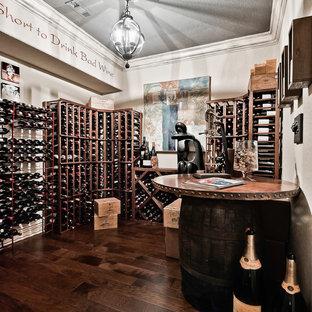 他の地域の中サイズのエクレクティックスタイルのおしゃれなワインセラー (濃色無垢フローリング、ワインラック、茶色い床) の写真