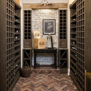 Exempel på en mellanstor klassisk vinkällare, med vinhyllor, tegelgolv och rött golv