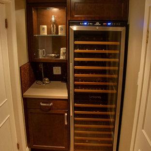 Cette image montre une petit cave à vin traditionnelle avec des casiers et un sol en vinyl.